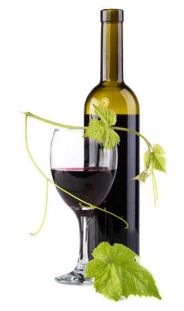 botella de licor: Botella de vino rojo aislado en fondo blanco Foto de archivo