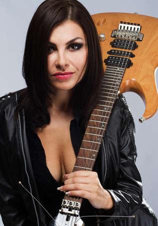 guitarra sexy: Se�ora atractiva con una guitarra, aisladas sobre fondo blanco