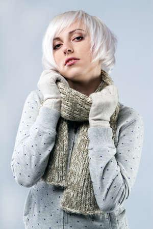 hair short: Bella dama en ropa de abrigo, retrato de estudio