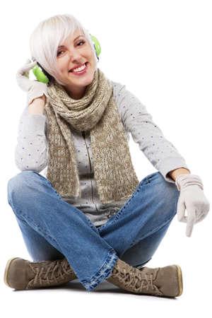 warm clothes: Bella signora in abiti caldi, ritratto in studio
