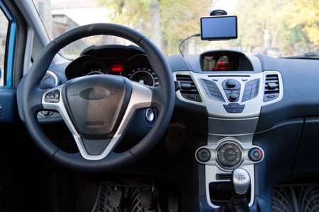 Innenansicht eines modernen Autos, Lenkrad und Armaturenbrett Standard-Bild