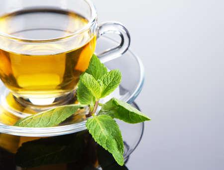 hojas de te: Taza de t� con hojas de menta fresca, close-up foto