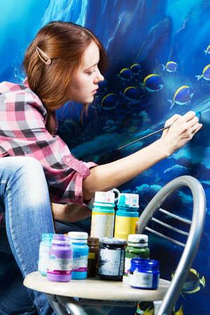 artistas: Pintor profesional en el trabajo, pintar un interior de la casa Foto de archivo