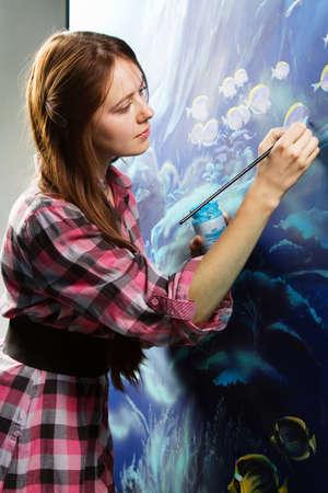 Pintor profesional en el trabajo, pintar un interior de la casa