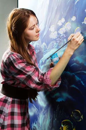 tavolozza pittore: Pittore professionista sul lavoro, dipingendo un interno domestico Archivio Fotografico