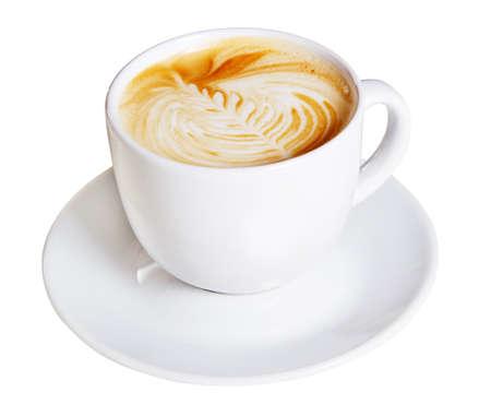 capuchino: Taza de caf� con crema de decoraci�n art�stica, aisladas sobre fondo blanco