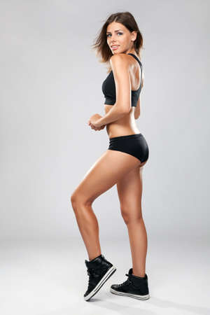 fit on: Mujer joven en forma de ropa deportiva
