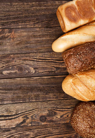 bread loaf: Assortimento di pane su una tavola di legno