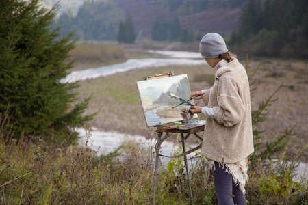 paleta de pintor: Joven artista que pinta un paisaje de oto�o