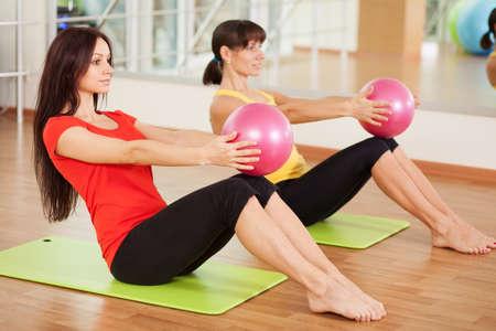 Group training in een sportschool van een fitnesscentrum Stockfoto