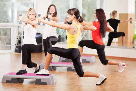 gimnasia aerobica: Grupo de entrenamiento en un gimnasio de un gimnasio