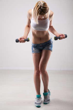 muscle belly: Slim sporty woman studio portrait
