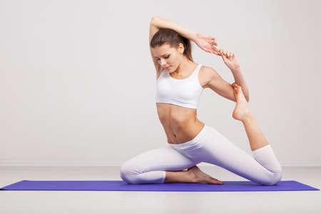 Matte: Woman doing Stretching-�bungen in einer Turnhalle