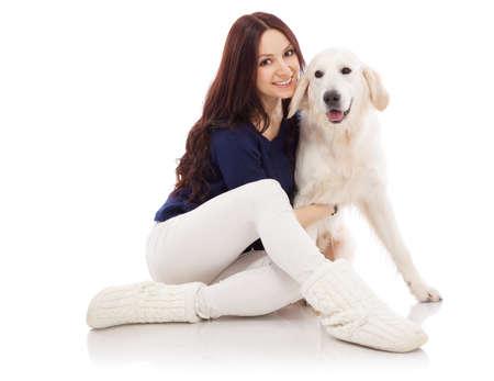 mujer con perro: Joven y bella mujer con perro perdiguero de oro