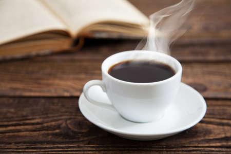 tazas de cafe: Taza de café en una mesa de madera