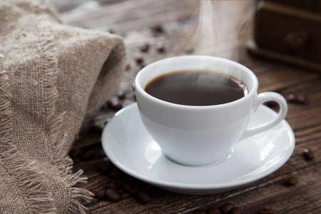 tazas de cafe: Taza de café en una vieja mesa de madera Foto de archivo