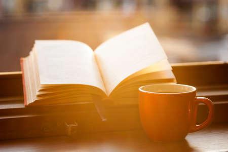 Knihy a šálek kávy na okenním parapetu