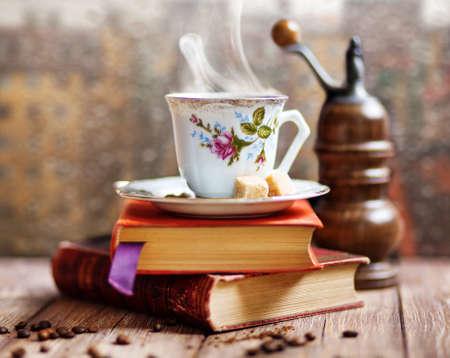 molinillo: Cocer al vapor la taza de café en una ventana de fondo día de lluvia