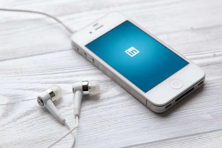 IPhone 4 スマート フォンのデバイスの Linkedin のアプリの実行中の専門家のためのソーシャル ネットワークとヴロツワフ, ポーランド - 2014 年 7 月 31 日