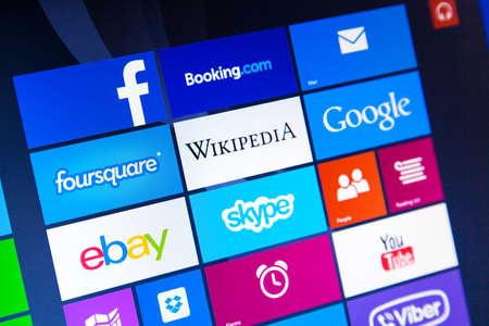 ヴロツワフ, ポーランド - 2014 年 8 月 26 日: Windows 8.1 の写真操作のラップトップ - 最も人気のあるアプリの開始画面