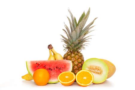 Tropische vruchten die op witte achtergrond worden geïsoleerd