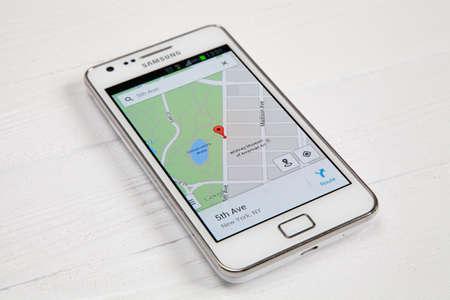 logo samsung: Wroclaw, Ba Lan - ngày 26 tháng 8 năm 2014: Hình ảnh của một điện thoại thông minh Samsung Galaxy S2 Android