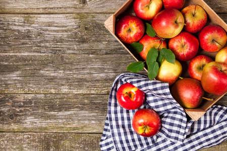 木製の箱で新鮮な赤リンゴ 写真素材