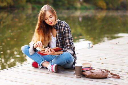 桟橋の上に座って美しい少女