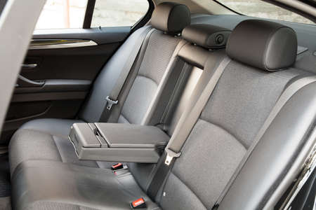 asiento: Asientos traseros de pasajeros en un coche moderno