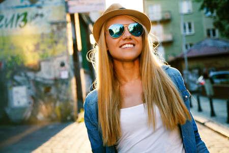 capelli lunghi: Giovane donna alla moda che cammina in una via della citt� Archivio Fotografico