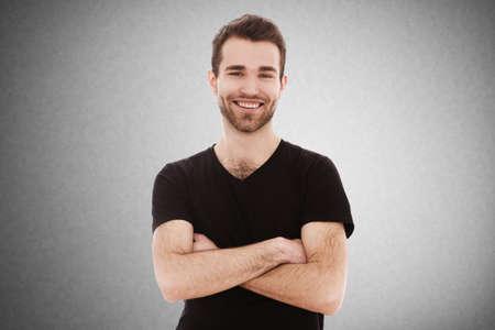 Portret van een jonge man op een grijze achtergrond