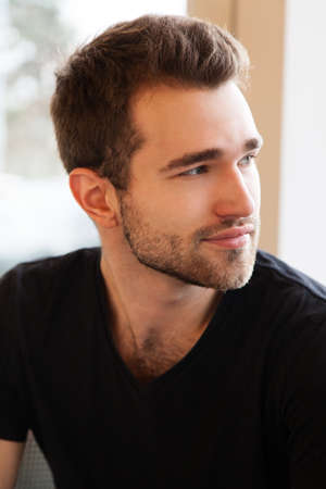 beau jeune homme: portrait visage d'un beau jeune homme