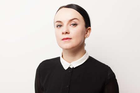 厳格なの若い女性のレトロな肖像画