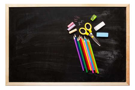 utiles escolares: Escuela y accesorios de oficina en la superficie de la pizarra Foto de archivo