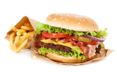 おいしいハンバーガーとフライド ポテトの白い背景の分離