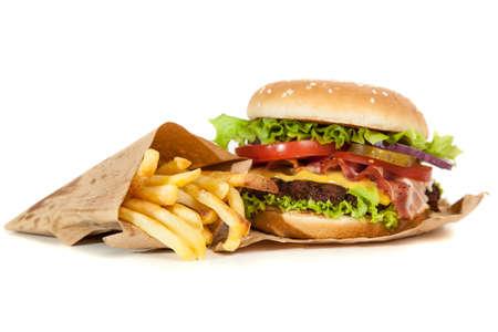 comida rapida: Deliciosa hamburguesa y papas fritas en el fondo de madera