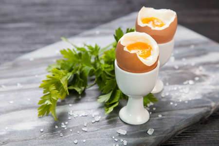 Frisch gekochte Eier auf Marmor Hintergrund Standard-Bild