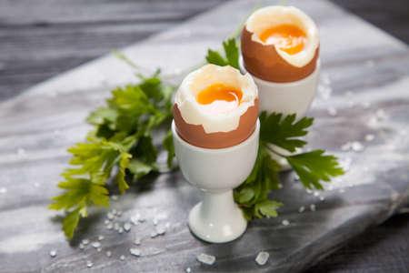 huevo: Huevos frescos en el fondo de mármol