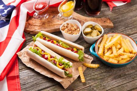 alimentos y bebidas: Hot dogs y papas fritas