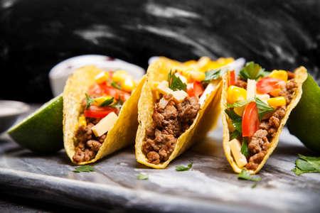 メキシコ料理 - 地面とおいしいタコス牛します。