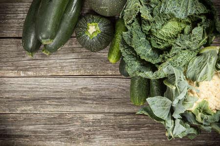 verduras verdes: Assortment of green vegetables on wooden surface