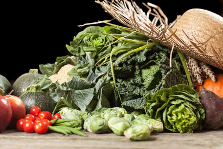 verduras verdes: Surtido de verduras de color verde en superficie de madera