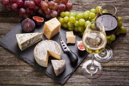 Bodegón de vino y queso Foto de archivo - 47193327