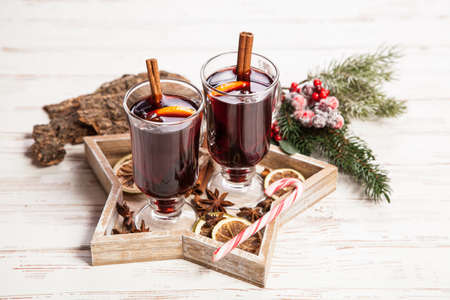 punch spice: Mulled wine with cinnamon sticks and orange