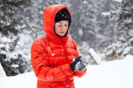 palle di neve: Giovane donna che giocano a palle di neve in montagna