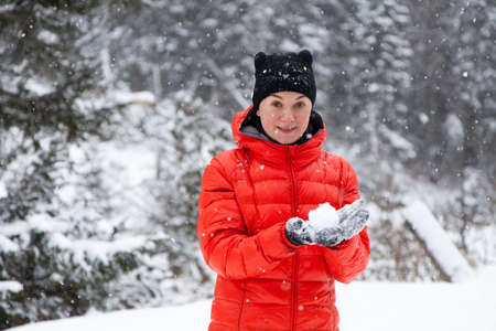 palle di neve: Pretty young woman playing snowballs in the mountains Archivio Fotografico