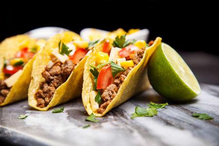 plato de comida: Comida mexicana - deliciosos tacos con carne molida