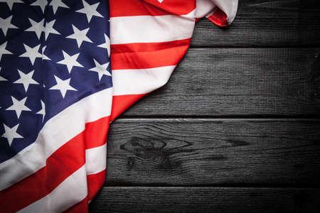 暗い木製の背景にアメリカの旗 写真素材