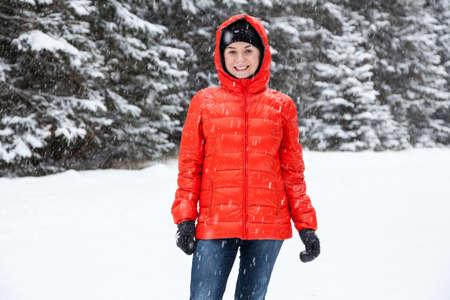snowballs: Giovane donna che giocano a palle di neve in montagna