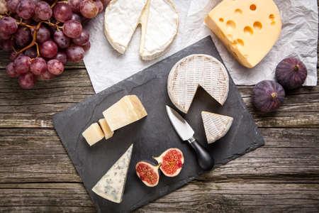 queso: Surtido de queso con frutas y uvas Foto de archivo